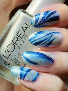 蓝色白色手绘圆形水波纹理手绘美甲图片