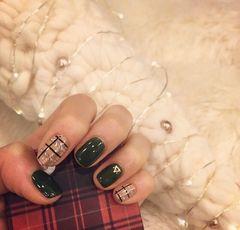 圆形手绘简约绿金深绿色的呢子格纹,小香风吹来美甲图片