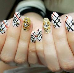 日式圆形白色金色巴宝莉斜格纹美甲图片