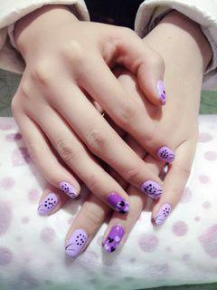 圆形手绘可爱紫白黑紫色桃心,尽显浪漫。美甲图片
