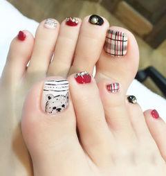 手绘可爱白色红色脚方圆形泰迪英伦风足部格纹款美甲图片