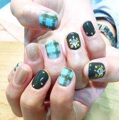 日式绿色金色圆形淡雅绿色系格纹美甲图片