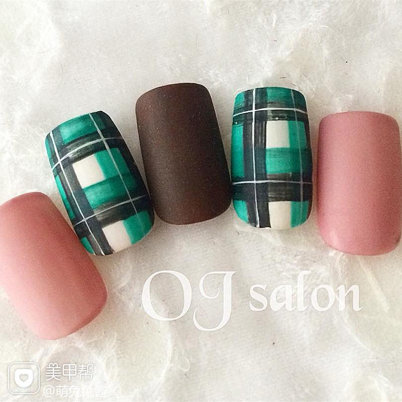 绿色手绘格纹甲片秋冬粉色美甲图片