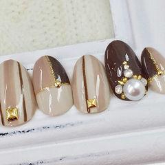 裸色条纹手绘甲片金色珍珠美甲图片