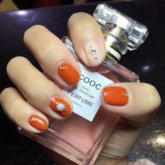圆形简约日式橙色白色钻南瓜色美甲简单日常款,南瓜色其实超显白的,还百搭哦!美甲图片