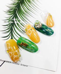圆形日式手绘黄色绿色花朵钻饰🌾手绘🎨夏之绿意花开☘️~绿🌼南瓜色👒🌤清爽Feel🖌Design:陈雅婷Lecturer💛美甲图片