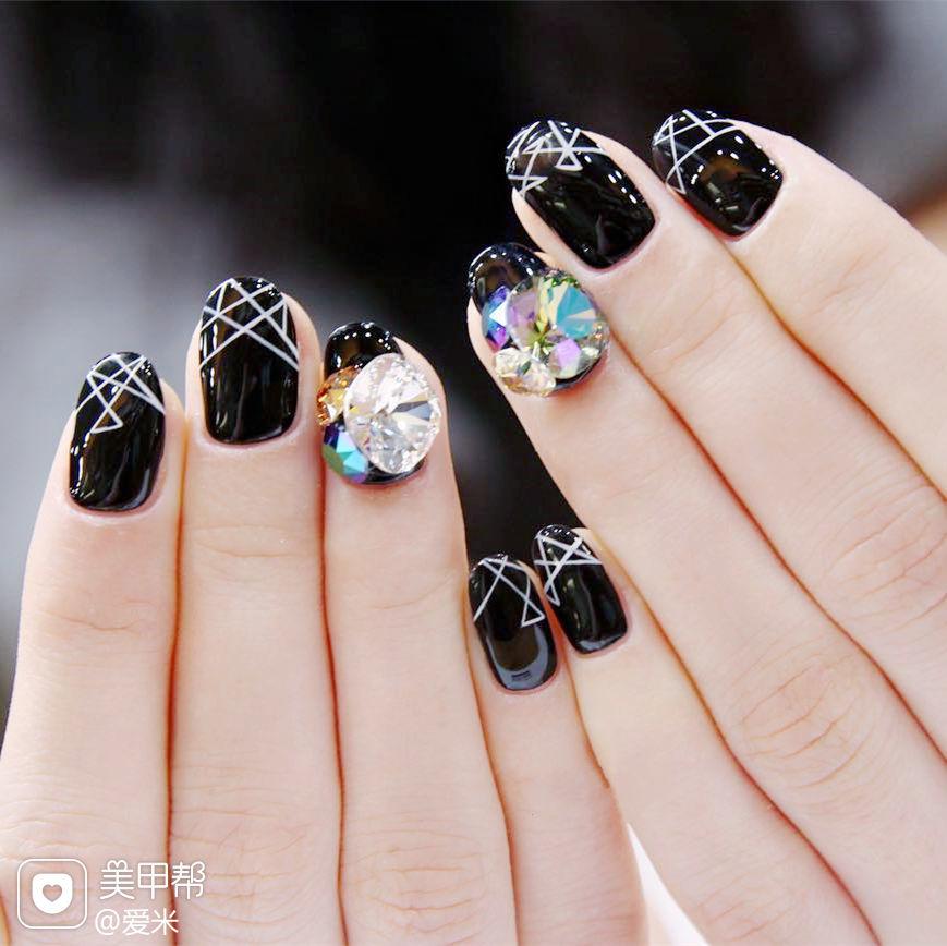 圆形黑色白色线条钻韩式美甲图片