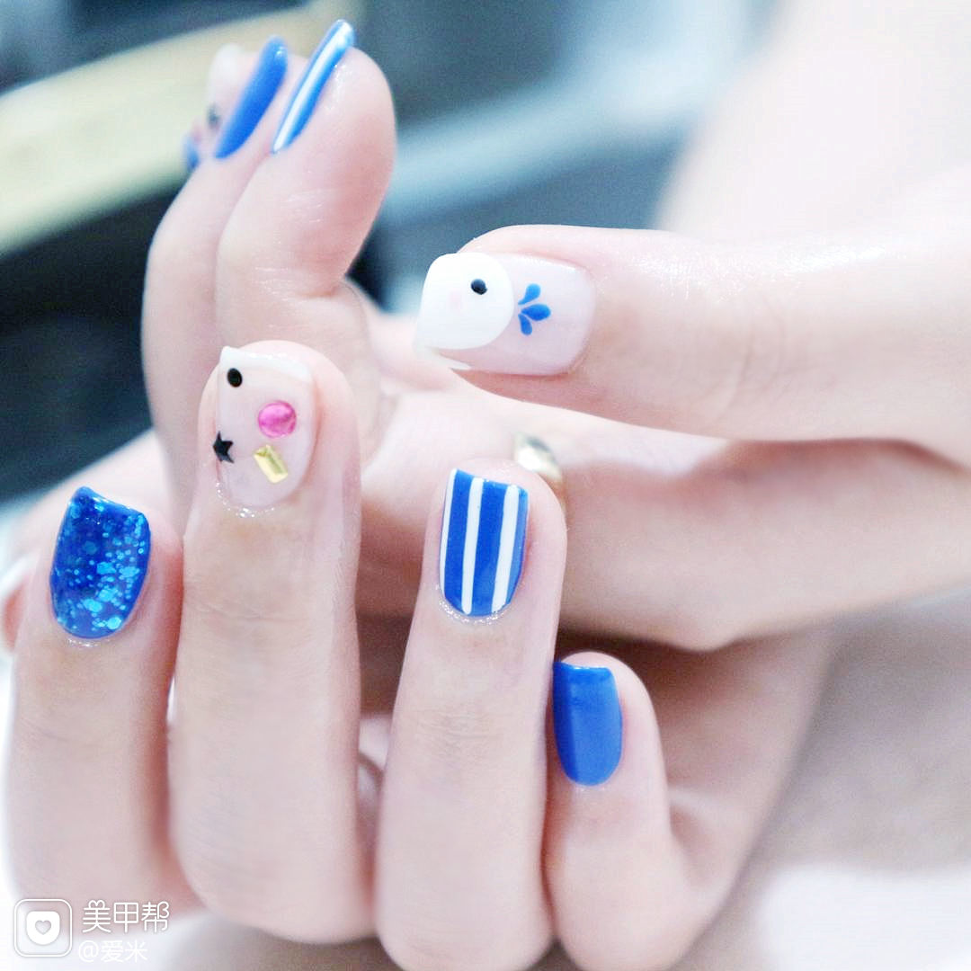 方圆形蓝色夏天手绘条纹亮片美甲图片