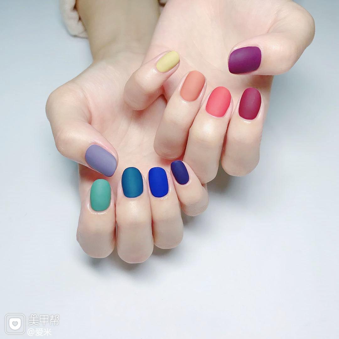 方圆形红色紫色黄色蓝色绿色跳色磨砂美甲图片