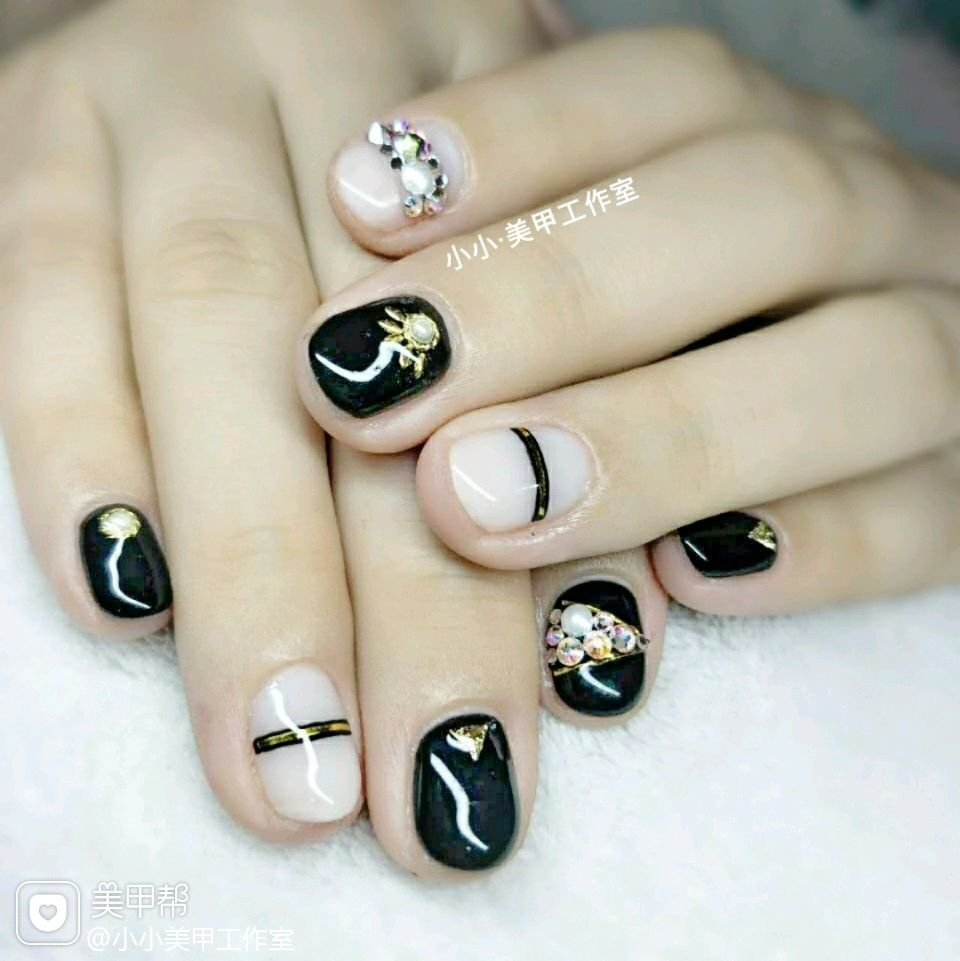 圆形手绘韩式黑色钻线条白色美甲图片