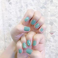 圆形绿色贝壳片磨砂美甲图片