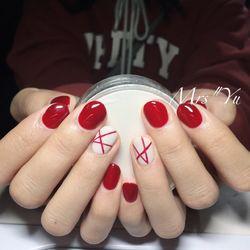 简约红色圆形白色线条短指甲短甲新年款短圆指甲款美甲图片