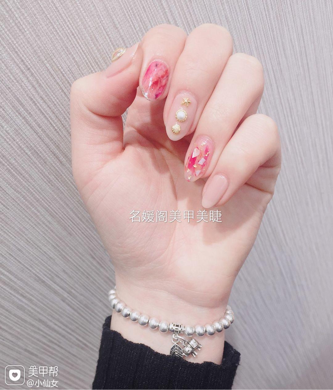 圆形简约手绘裸色玫红色晕染贝壳片珍珠美甲图片
