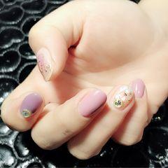圆形简约紫色粉色贝壳片金箔春天美甲图片