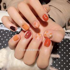 圆形橙色南瓜色晕染金属饰品短指甲美甲图片