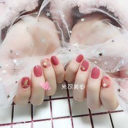 圆形简约手绘粉色晕染珍珠短指甲新娘短圆指甲款短指甲专题美甲图片