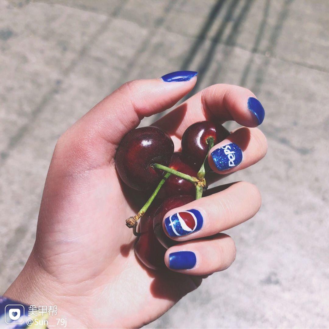 圆形手绘蓝色夏天可乐可乐美甲美甲图片