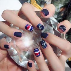 方圆形简约手绘蓝色可乐美甲图片