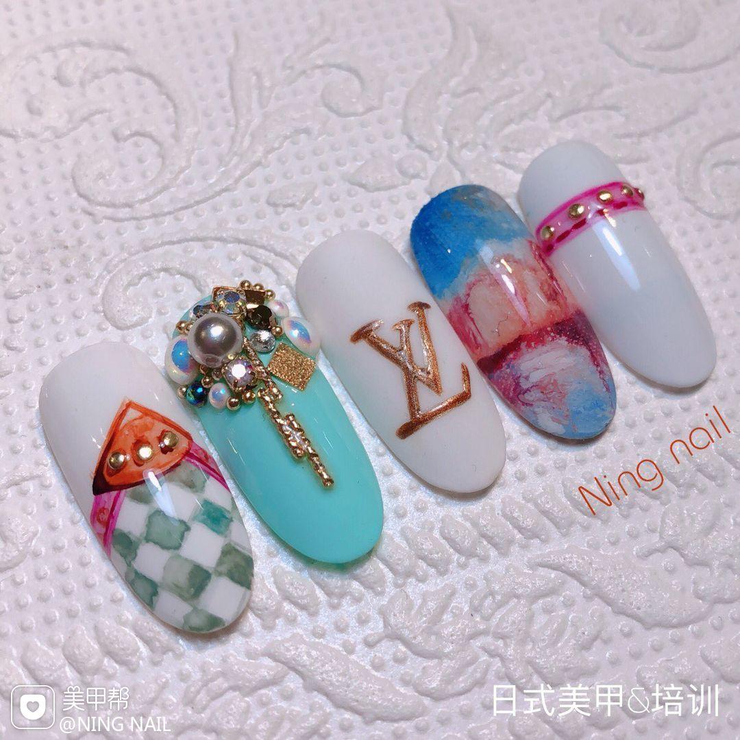 圆形日式手绘蓝色粉色白色晕染珍珠LV美甲图片