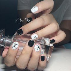简约黑色白色圆形手绘石纹短指甲美甲图片