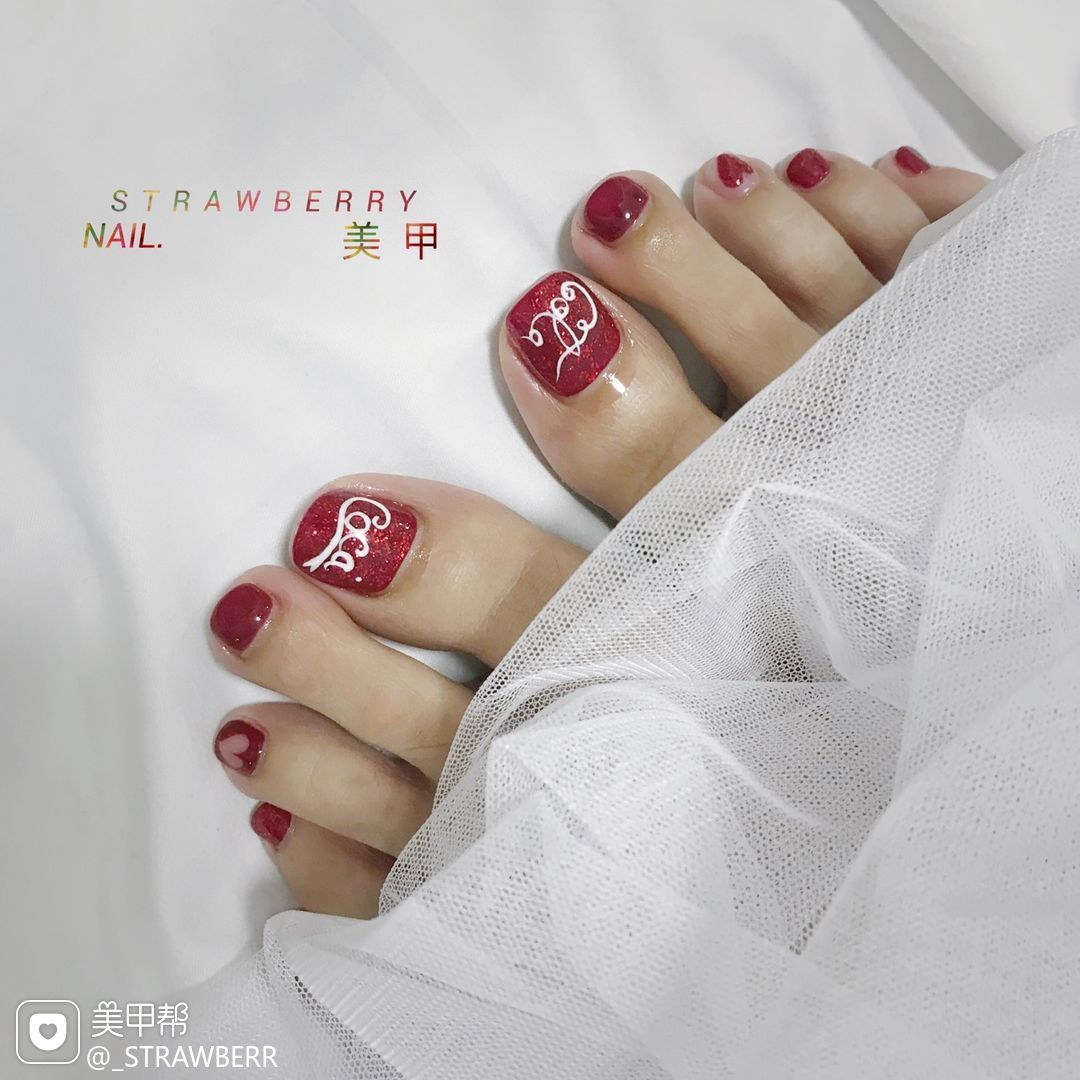 脚部简约手绘红色心形夏天可乐美甲图片