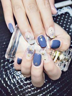 方形手绘蓝色紫色灰色星月日式简约显手白美甲图片
