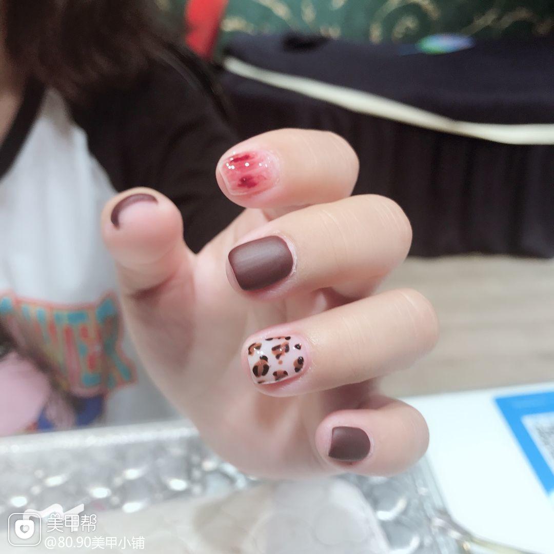 方圆形红色钻手绘豹纹磨砂短指甲美甲图片