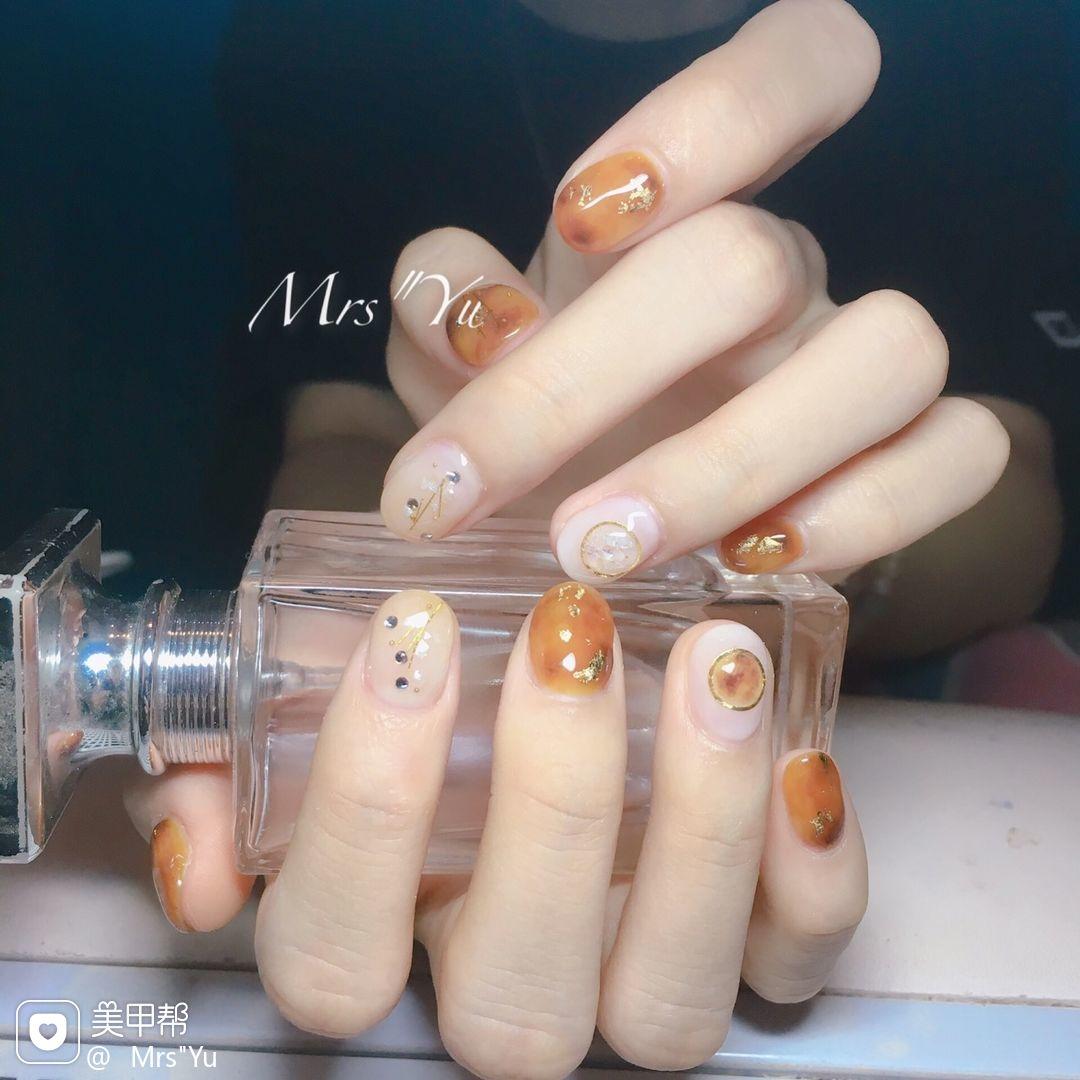 圆形橙色白色手绘晕染琥珀短指甲琥珀美甲图片