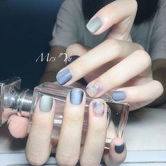 方圆形蓝色灰色晕染磨砂短指甲美甲图片