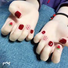 圆形红色白色手绘可爱草莓波点短指甲美甲图片