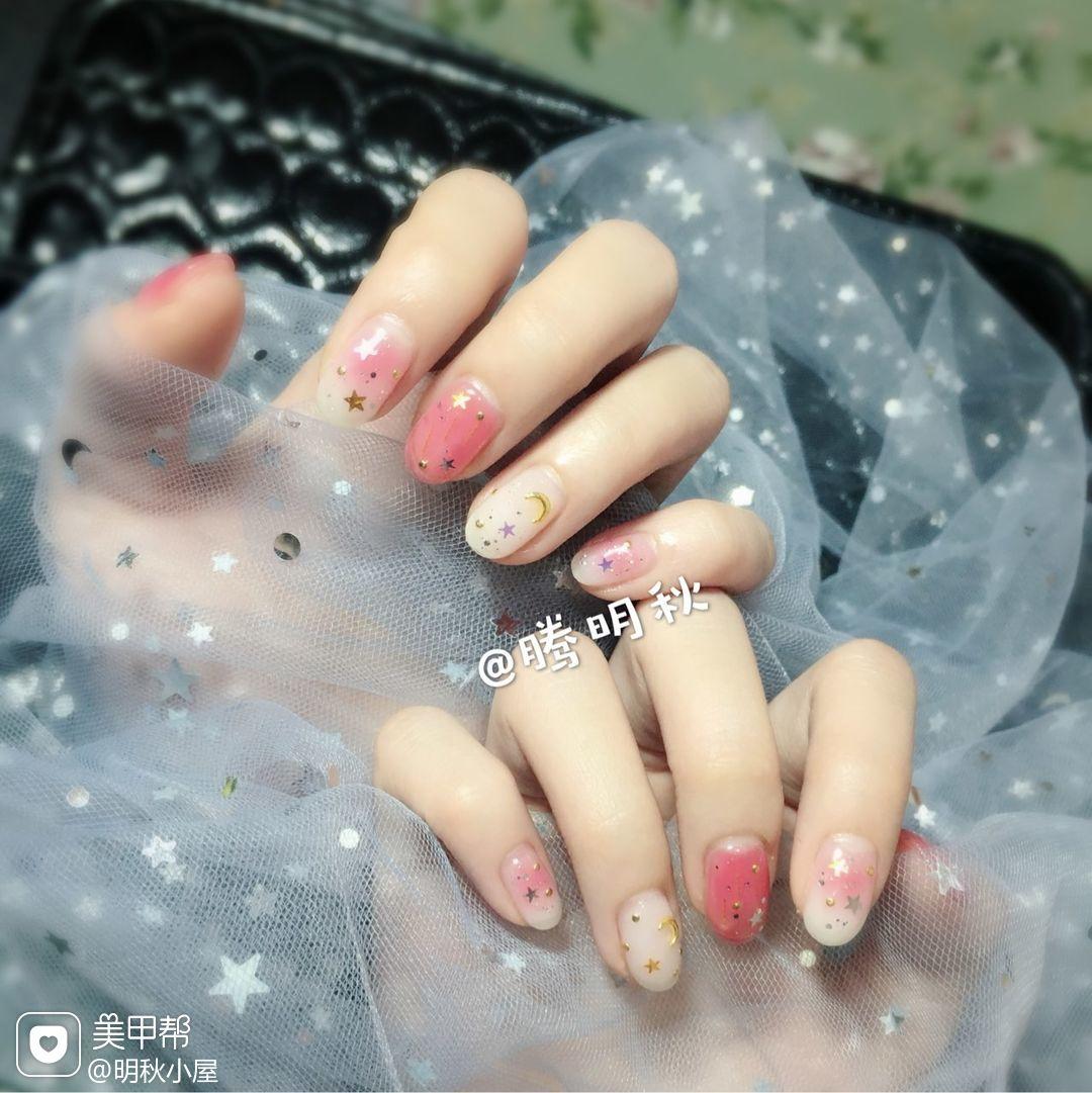 圆形钻贝壳片晕染金箔粉色星月美甲图片