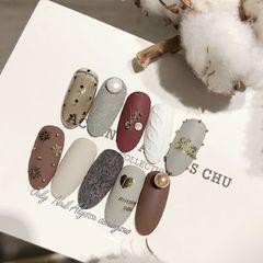 磨砂圣诞圆形棕色裸色毛衣纹铆钉珍珠磨砂#圣诞甲#🥀✨美甲图片