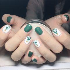 方圆形绿色白色手绘圣诞短指甲美甲图片