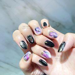 圆形黑色紫色手绘晕染石纹美甲图片