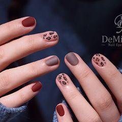 日式圆形棕色手绘豹纹磨砂简约小豹纹美甲图片