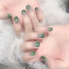 绿色渐变钻圆形美甲图片