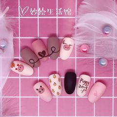 圆形粉色白色手绘小猪新年可爱很喜欢she nail 支持❤️美甲图片