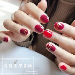 酒红色圆形红色线条短指甲新年简约美甲图片