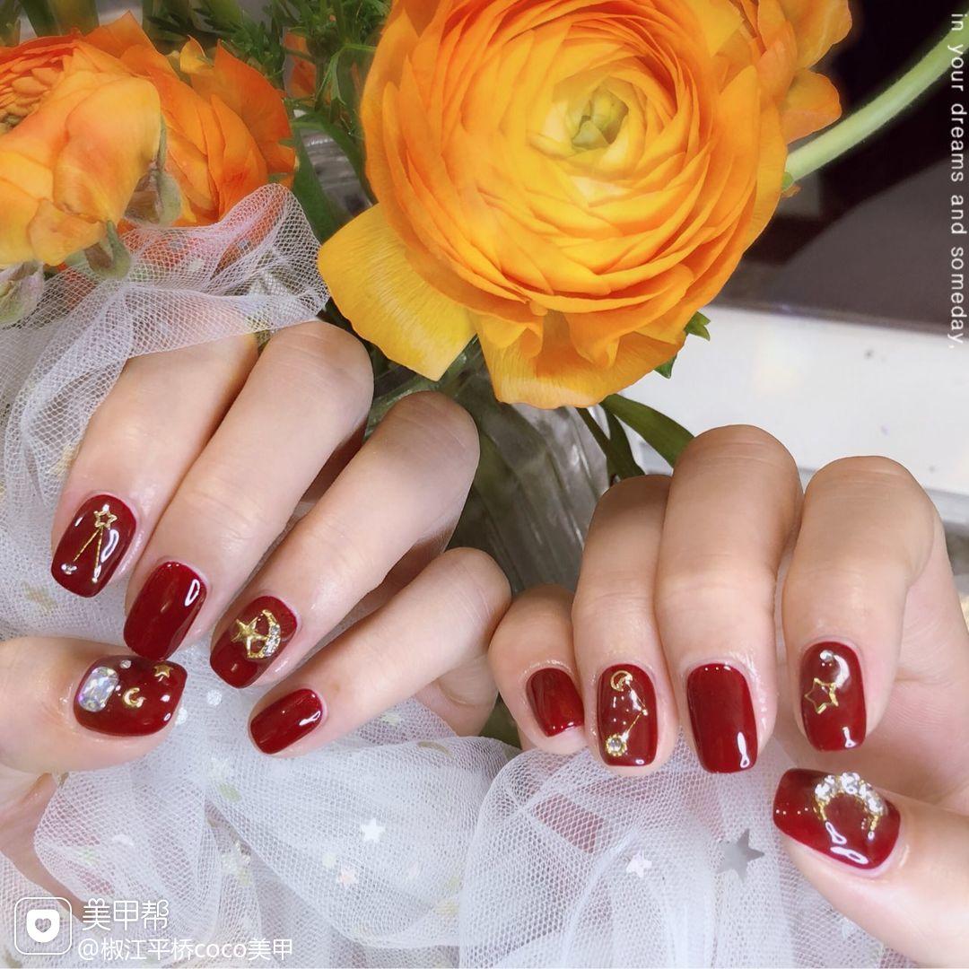 红色焦糖色酒红色方圆形金箔钻法式新娘新年星月美甲图片