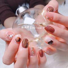棕色圆形贝壳片金属饰品美甲图片