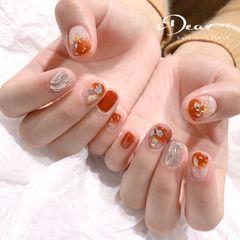 焦糖色圆形简约日式贝壳片水波纹美甲图片