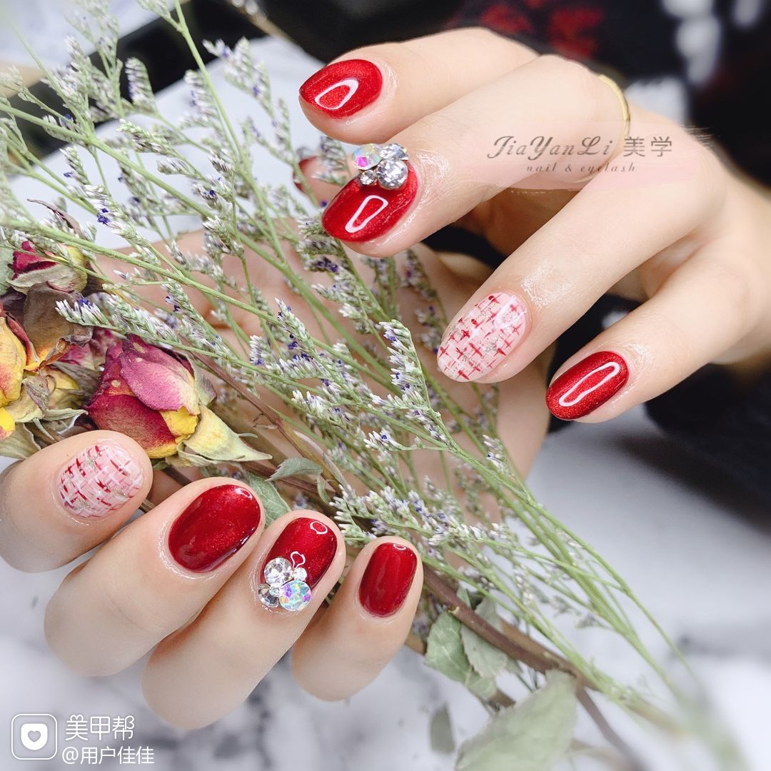 红色圆形手绘钻日式新娘猫眼毛呢美甲图片