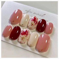 圆形粉色白色酒红色贝壳片花朵日式新年美甲图片