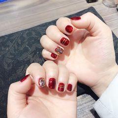方圆形红色线条短指甲新年显白美甲图片