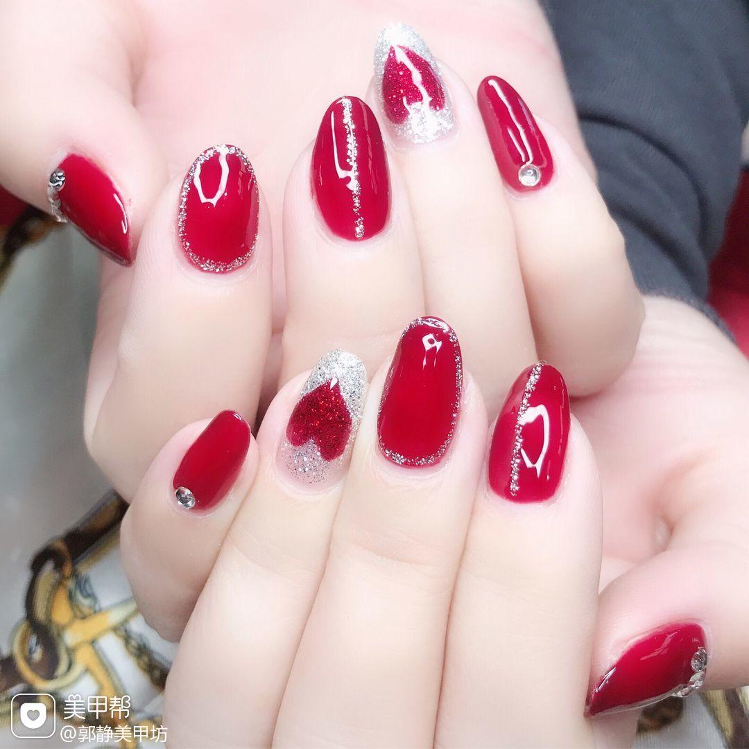 圆形红色银色手绘心形包边新年美甲图片