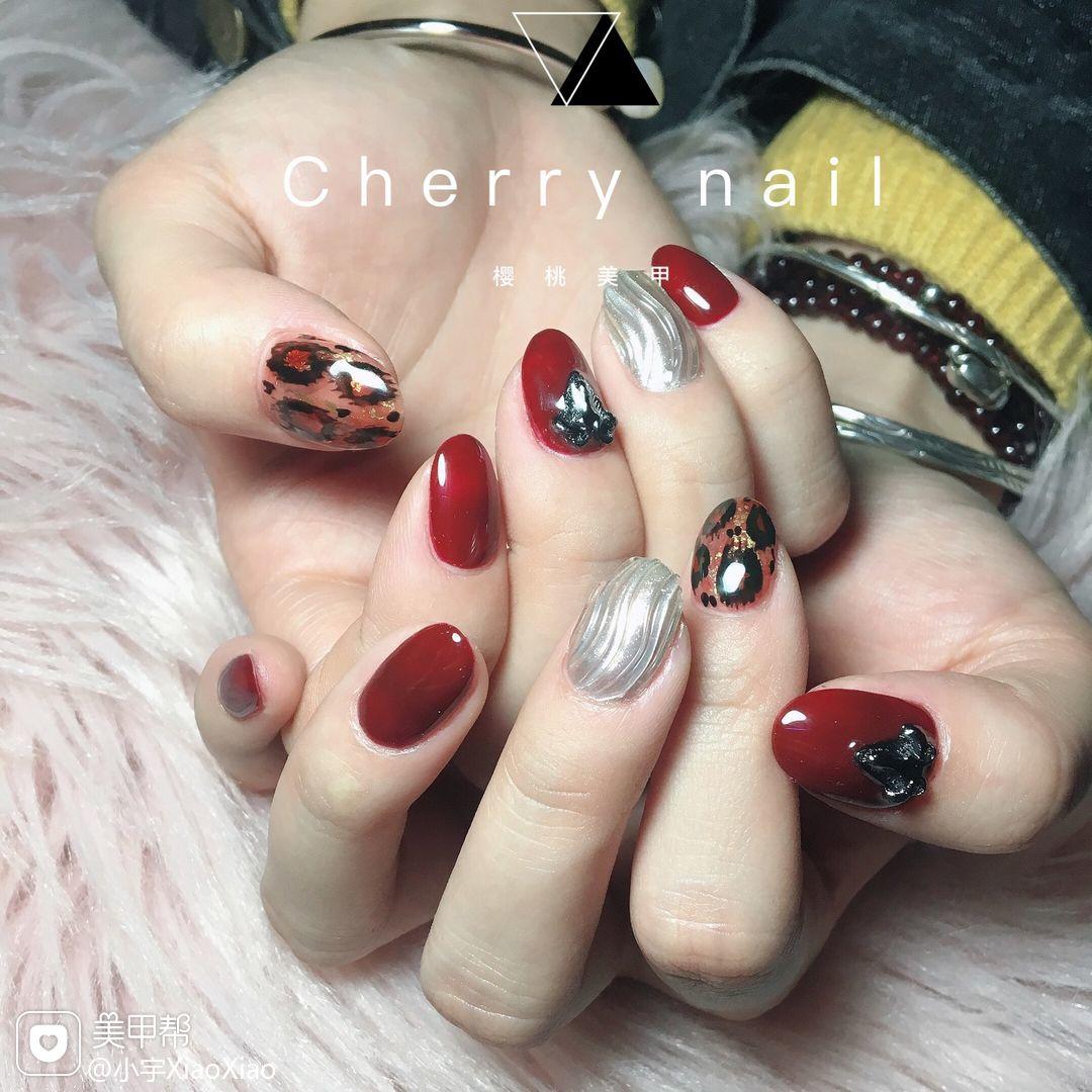 圆形红色棕色手绘豹纹银色水波纹新年美甲图片