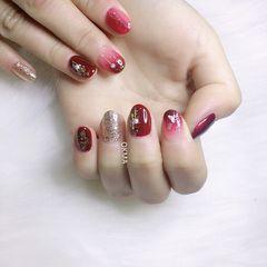 圆形酒红色渐变贝壳片短指甲美甲图片