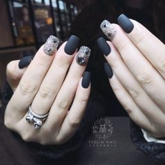 黑色磨砂钻方圆形美甲图片