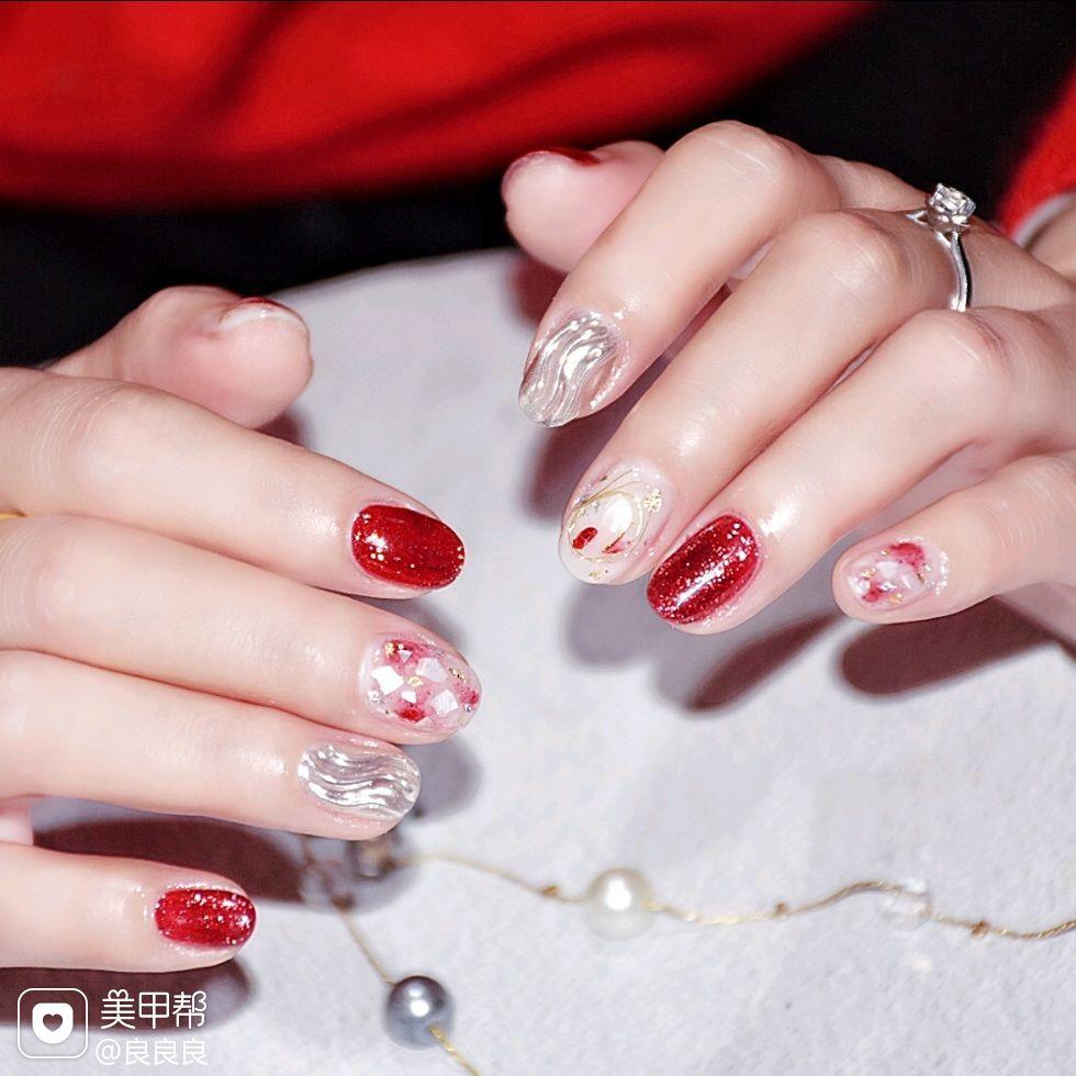 酒红色圆形贝壳片水波纹美甲图片