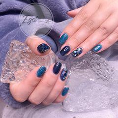 蓝色圆形金箔贝壳片美甲图片